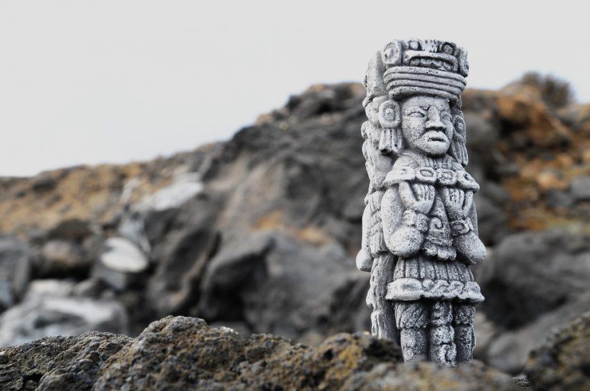 Maya statue (c) underworld / shutterstock