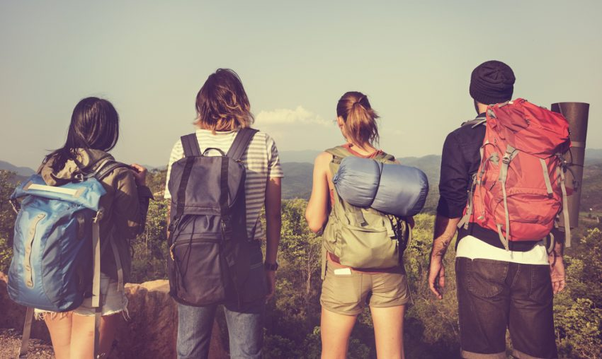 Four young people with different backpacks on a hiking tour. (c) Rawpixel.com / shutterstock