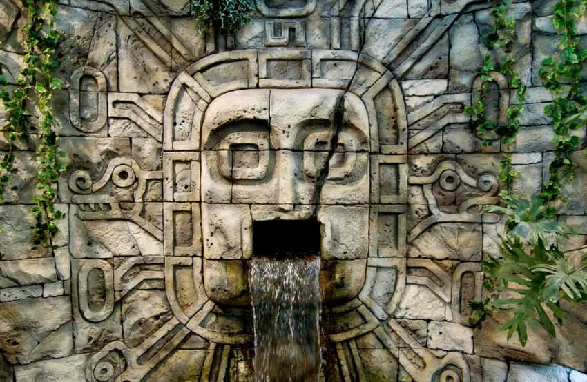 A well of the ancient culture of the Maya (c) Yagujinskaja / shutterstock